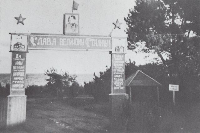 Illegalt foto Portal ved Russerlejren ved Svaneke 1945_ret besakr ny størelse